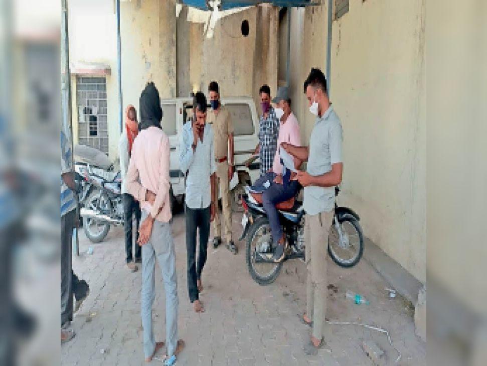 लाखेरी. सरकारी अस्पताल परिसर में पोस्टमार्टम कक्ष के बाहर परिजनों से कार्यवाही करते पुलिसकर्मी। - Dainik Bhaskar