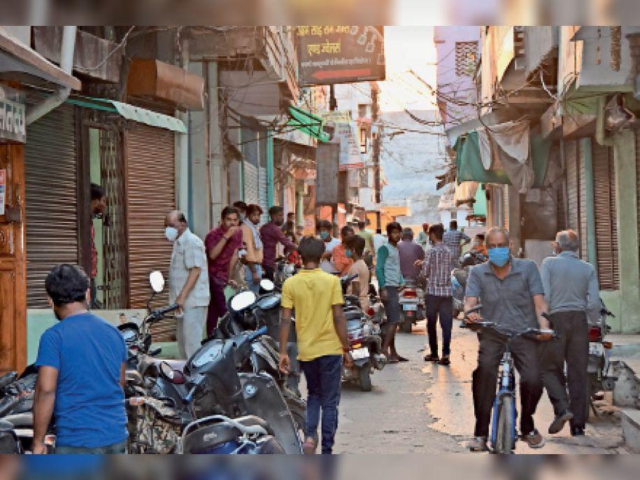 सराफा बाजार में कोरोना कर्फ्यू के बाद भी लोग झुंड बनाकर दिखे। - Dainik Bhaskar