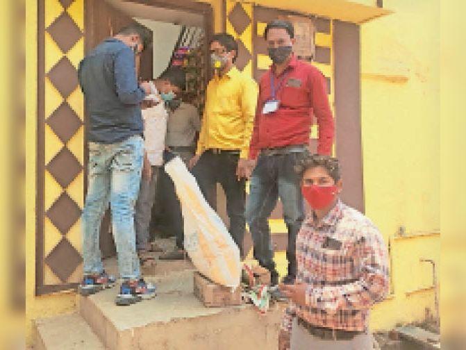 दुकानों के सामने भीड़ जुटाने वालों पर प्रशासन ने कार्रवाई की। - Dainik Bhaskar