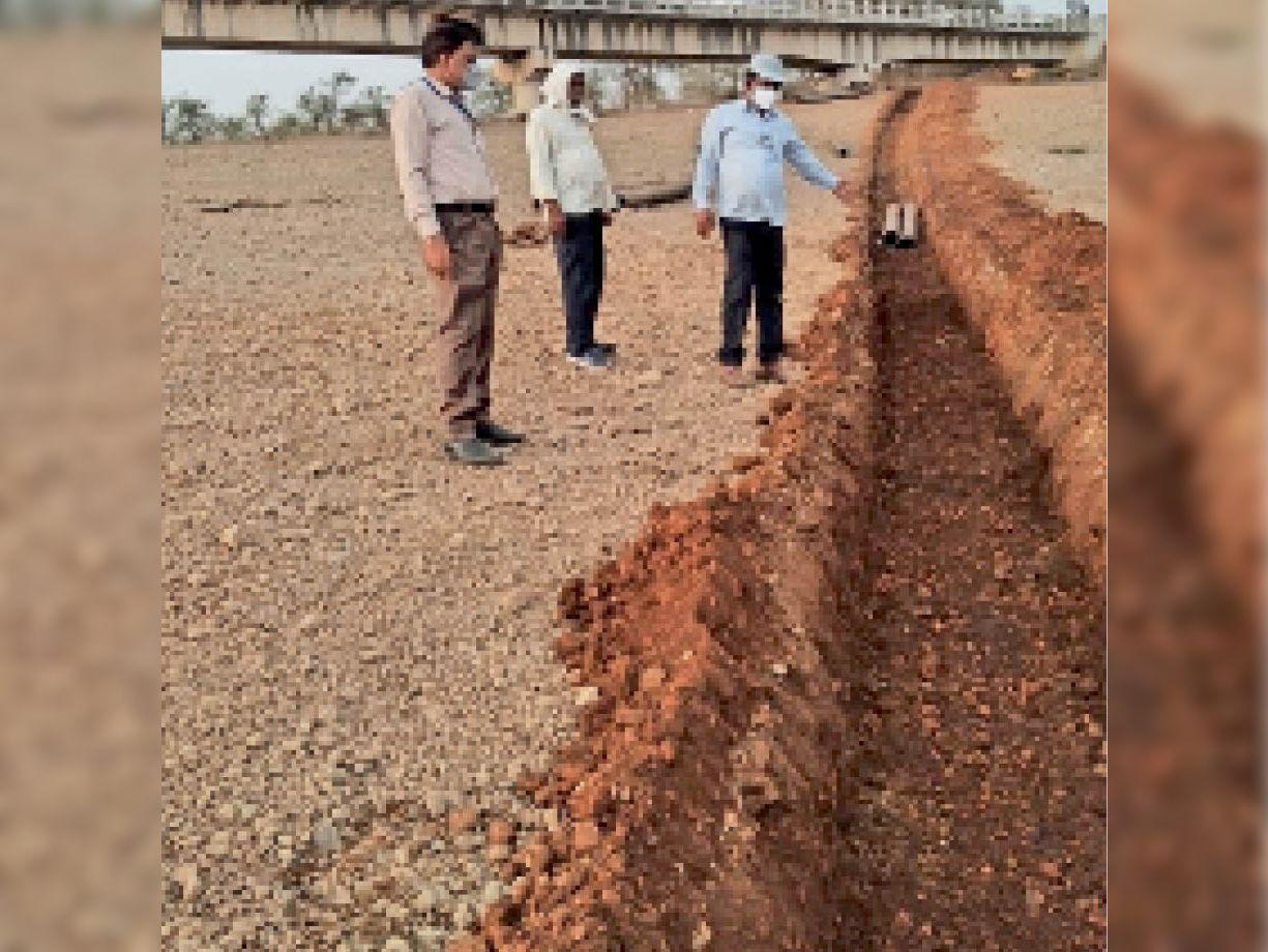 राजघाट में पानी लिफ्ट करने और पाइपलाइन के लिए बनाई जा रही कैनाल। - Dainik Bhaskar