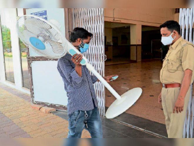 गुरुवार को कई परिजनों को वार्ड में भर्ती मरीजों के लिए घर से पंखे लाने पड़े। - Dainik Bhaskar