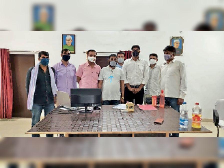 एसीबी की गिरफ्त में रिश्वत लेने का आरोपी सफाई कर्मचारी सुरेंद्र बारासा (गोले में)। - Dainik Bhaskar