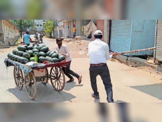 कचहरी रोड पर तहसीलदार ने तरबूज बेचने वाले युवक को लट्ठ लहराकर डराया। - Dainik Bhaskar