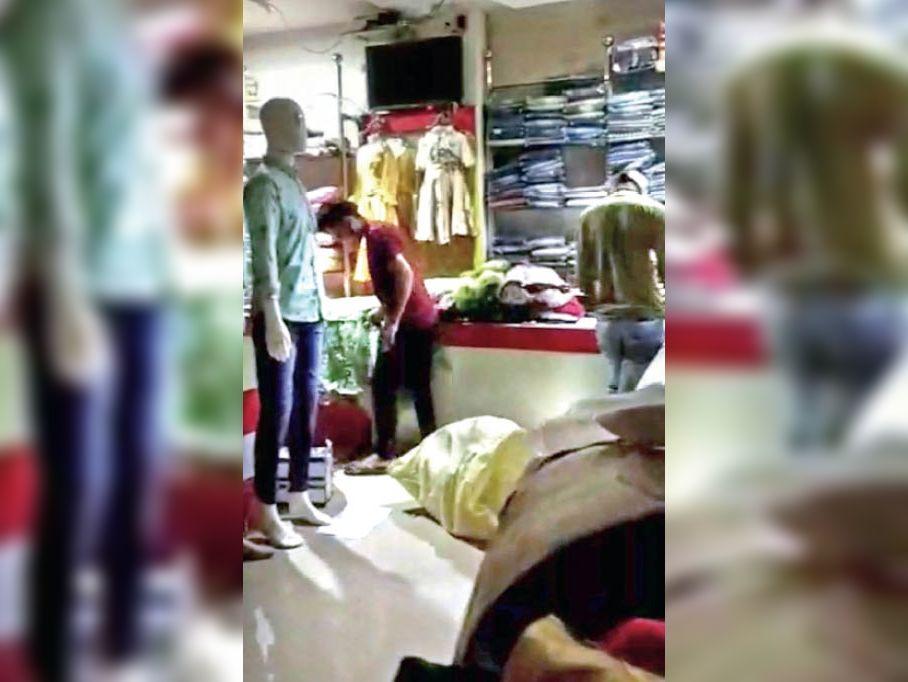 शटर गिराकर लगा दिया था ताला। अंदर बैठे थे ग्राहक और कर्मचारी। - Dainik Bhaskar