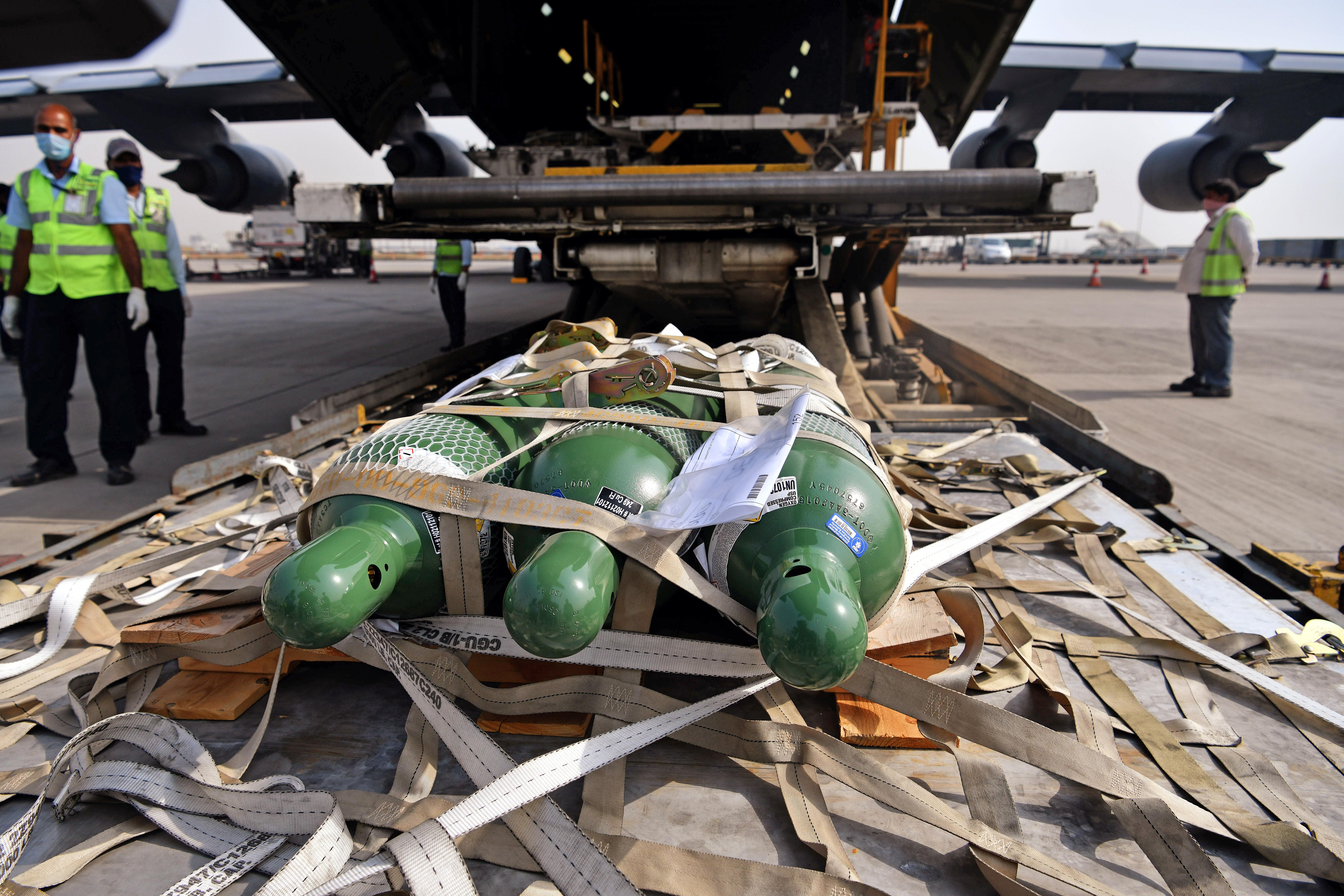 अमेरिकी वायुसेना का विमान शुक्रवार को राहत सामग्री लेकर भारत पहुंचा। इस विमान में 200 साइज डी ऑक्सीजन सिलेंडर और रेगुलेटर, 223 साइज एच ऑक्सीजन सिलेंडर और रेगुलेटर, 210 पल्स ऑक्सीमीटर, 1 लाख 84 हजार एबॉट रैपिड डायग्नोस्टिक टेस्ट किट्स और 84 हजार N-95 फेस मास्क लाया गया है। यह अमेरिका से आने वाली राहत सामग्री की पहली खेप है।