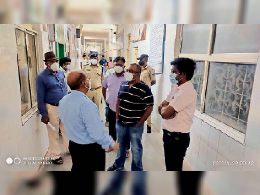 कार्रवाई...अस्पताल में अफरा-तफरी के बाद पहुंचे कलेक्टर एसपी। - Dainik Bhaskar