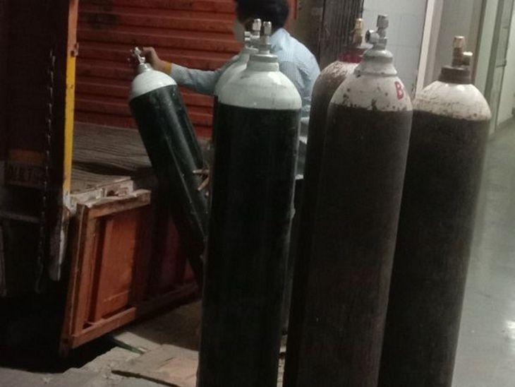 इंदौर में ऑक्सीजन की कमी को दूर करने के लगातार प्रयास किए जा रहे हैं। - Dainik Bhaskar