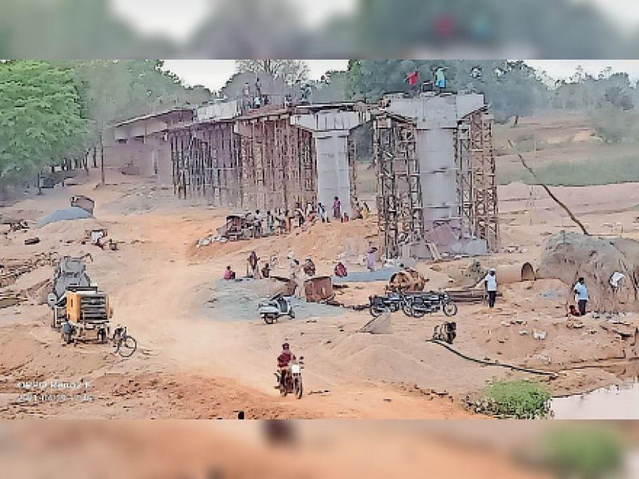 निर्माणाधीन पुल में ऐसे बिना सुरक्षा के काम कर रहे मजदूर। - Dainik Bhaskar