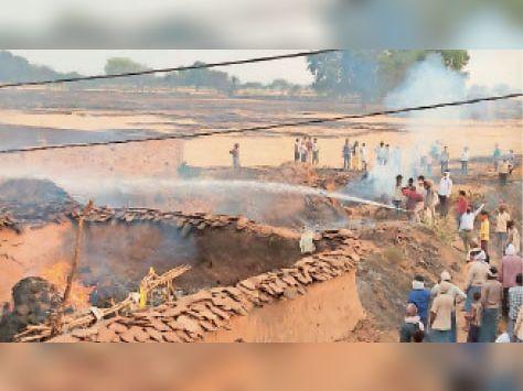 लहार के बरेई गांव में आग लगने के बाद आग बुझाते हुए लोग। - Dainik Bhaskar