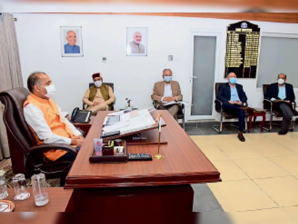 राज्य में कोविड-19 की स्थिति की समीक्षा बैठक लेते सीएम जयराम ठाकुर। - Dainik Bhaskar