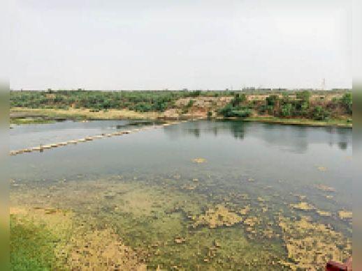 सिंध नदी पर बने स्टॉप डैम में पानी के नीचे जमी सिल्ट जो हटाई जाएगी। - Dainik Bhaskar