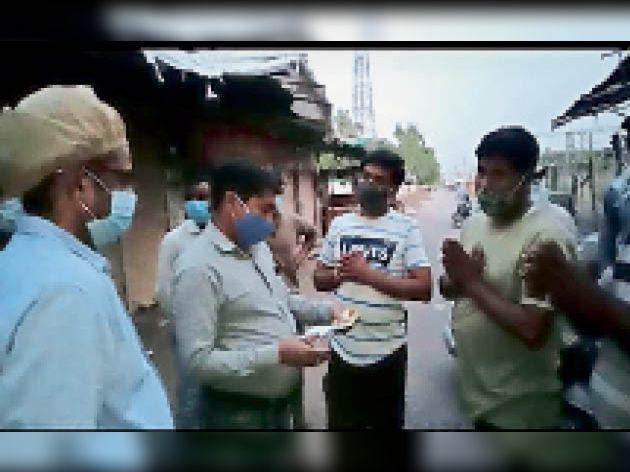 दुकान खोलने पर जुर्माना वसूलने की कार्रवाई की तो जोड़ने लगे हाथ। - Dainik Bhaskar