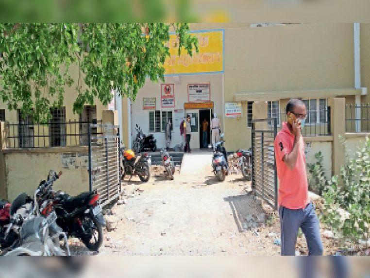 दतिया स्थित जिला अस्पताल के कोविड जांच केंद्र पर गुरुवार सुबह 11 बजे कम दिखे लोग। - Dainik Bhaskar