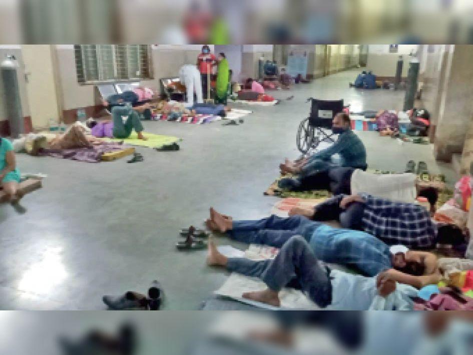 जिला अस्पताल के ट्रामा सेंटर के बरामदे में लेटकर इलाज करा रहे मरीज। - Dainik Bhaskar