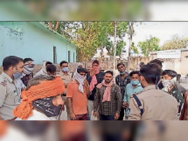 शव मिलने के बाद पुलिस से शिकायत करते मृतक के परिजन। - Dainik Bhaskar