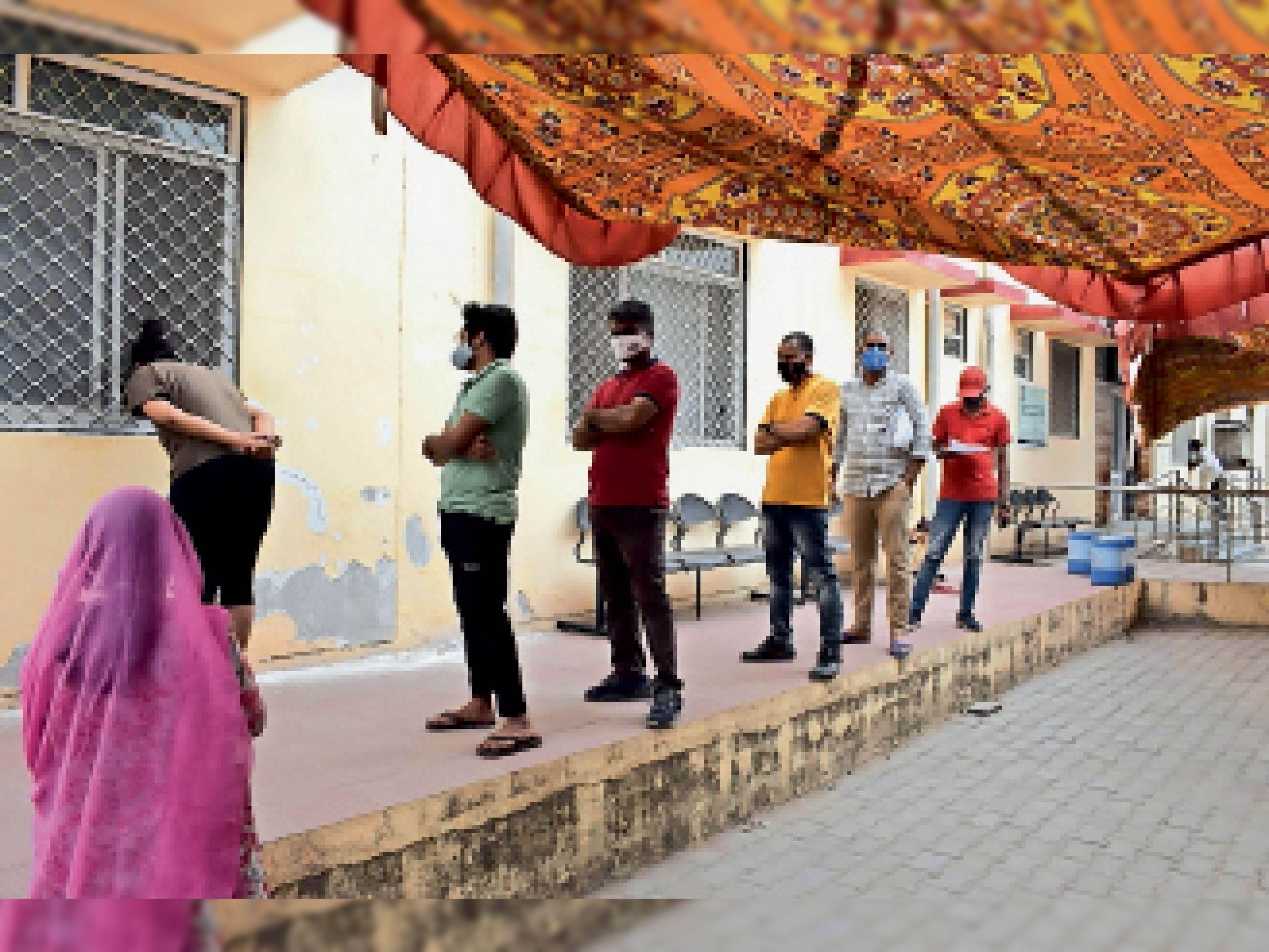 काेराेना सैंपल देने वालों की एमजी अस्पताल में रोज कतार लगती है। - फाइल फोटो - Dainik Bhaskar