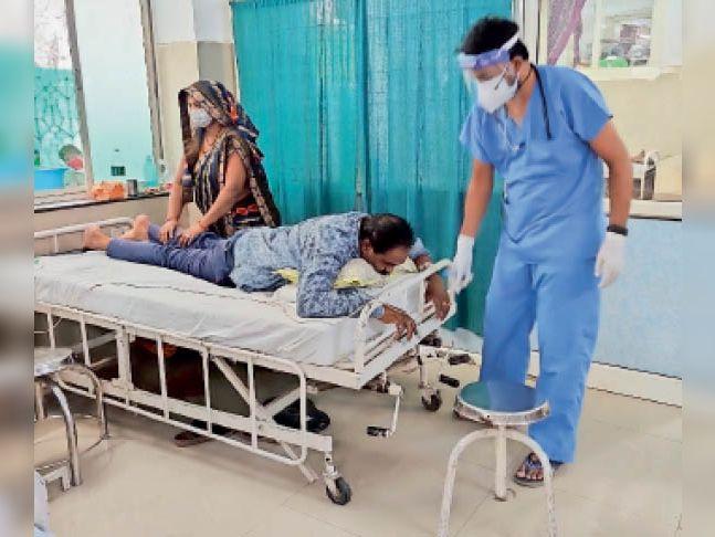 कोरोना मरीजों का ऑक्सीजन लेवल बढ़ाने के लिए प्रोन पोजीशन करवा रहे डॉक्टर। - Dainik Bhaskar