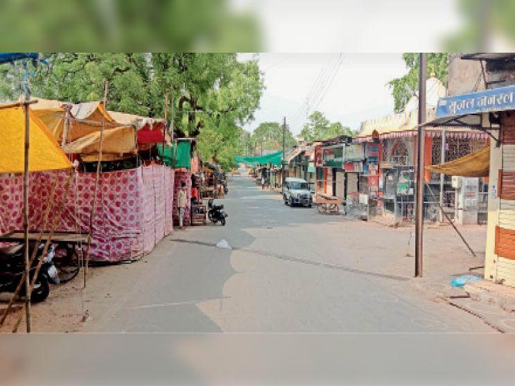 थांदला गेट के आसपास बैठे व्यापारियों को हटाने के बाद सड़कों पर सन्नाटा छाया। - Dainik Bhaskar