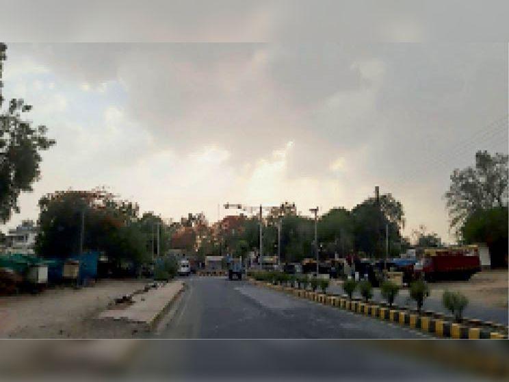 गुरुवार को तेज धूप भी खिली साथ ही आसमान में बादल भी छाए रहे, इससे तेज गर्मी का एहसास हुआ। - Dainik Bhaskar