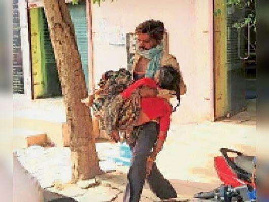 गाैतमपुरा. इस तरह मरीजाें काे अस्पताल लेकर पहुंच रहे। - Dainik Bhaskar
