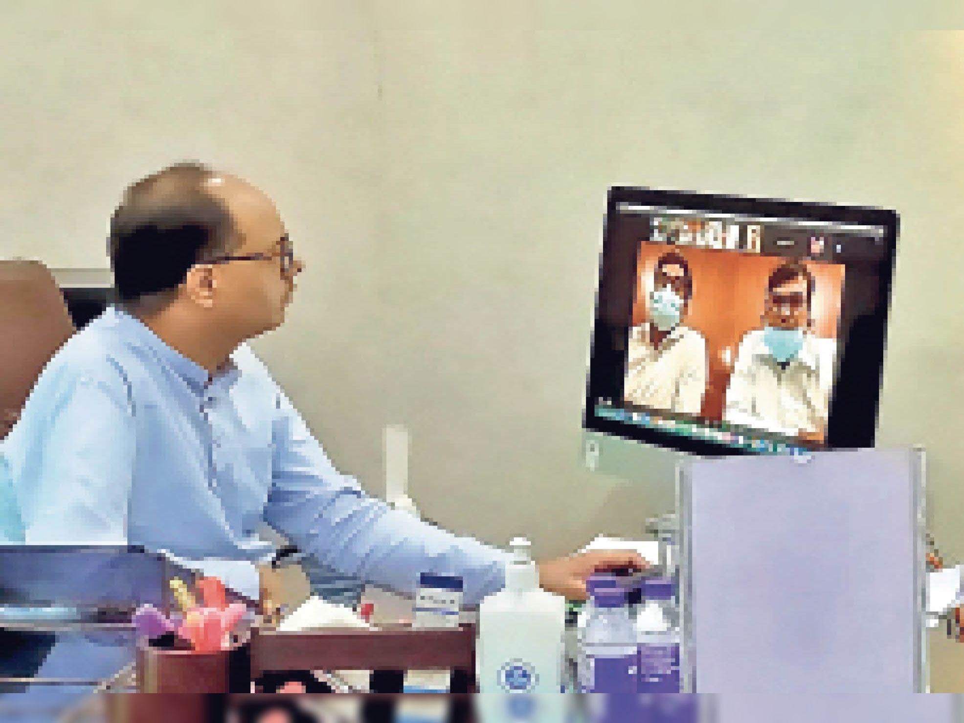 प्राइवेट अस्पतालों के संचालकों के साथ वीडियो कॉन्फ्रेंसिंग के माध्यम से बैठक करते डीएम डॉ. चंद्रशेखर सिंह। - Dainik Bhaskar
