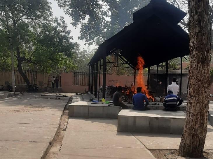 मौत के आंकड़े बता रहे कि अस्पतालों में कोरोना मरीजों के इलाज का सिस्टम फेल हो चुका, श्मशानों में चिता की राख शांत नहीं हो पा रही|अलवर,Alwar - Dainik Bhaskar