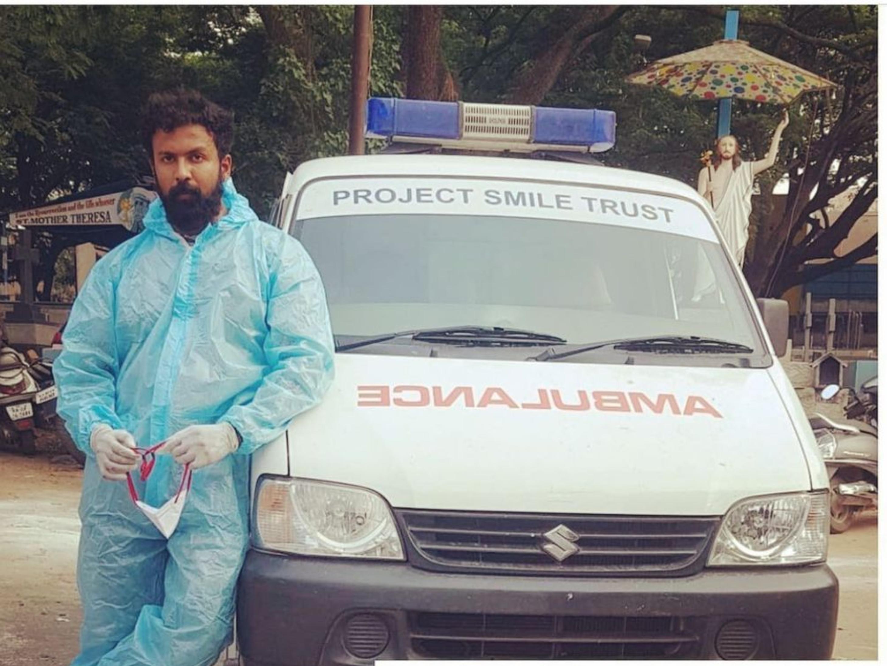 कोरोना मरीजों के लिए एम्बुलेंस ड्राइवर बने कन्नड़ एक्टर अर्जुन गौड़ा, आधा दर्जन का अंतिम संस्कार भी करवा चुके|बॉलीवुड,Bollywood - Dainik Bhaskar