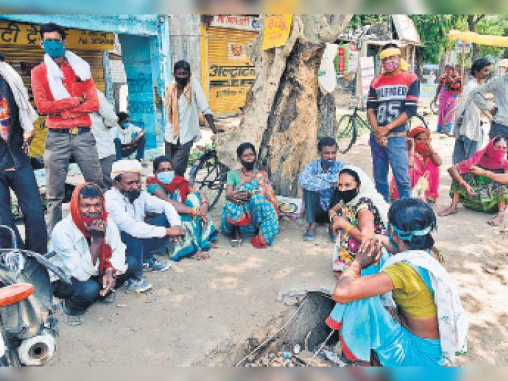 हर दिन कमाने हर दिन खाने वाले इन मजदूरों के पास कोई काम नहीं है। - Dainik Bhaskar