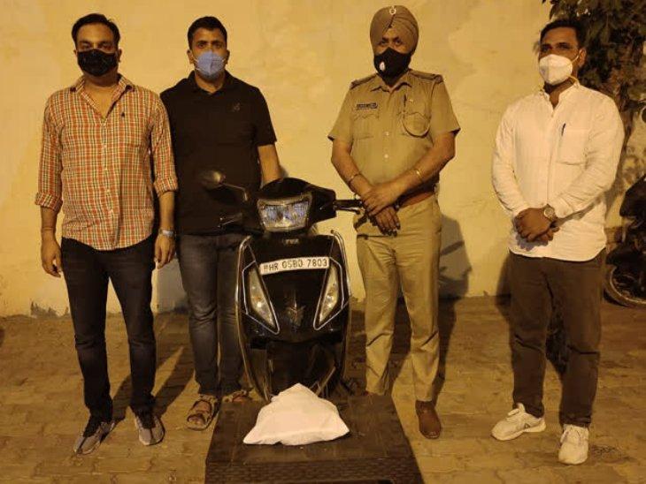 जब्त की गई नशे की खेप और स्कूटी के साथ पुलिस टीम। - Dainik Bhaskar