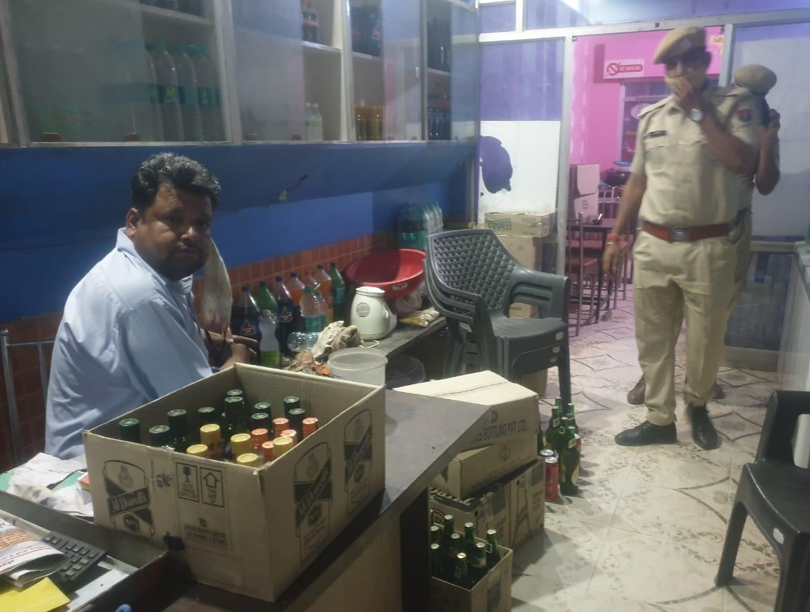 लूणकरनसर के एक होटल में शराब पर पुलिस कार्रवाई। फोटो : रामप्रताप गोदारा - Dainik Bhaskar