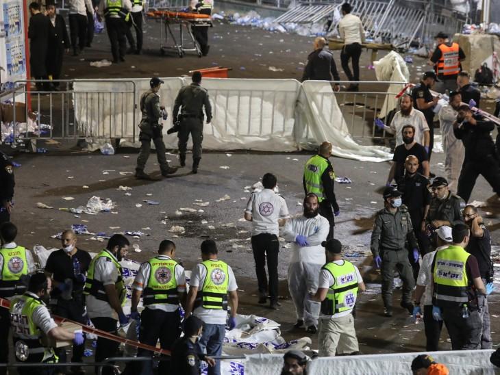 धार्मिक त्योहार में भगदड़ मचने से 44 लोगों की मौत, 50 घायल; कुछ लोगों के सीढ़ियों से फिसलने के बाद भगदड़ मची विदेश,International - Dainik Bhaskar