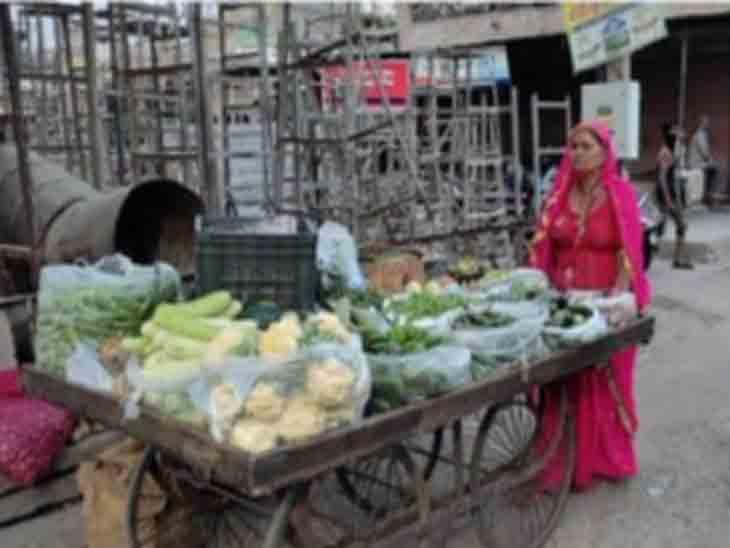 जोधपुर पुलिस ने सब्जी बेचने पर कोरोना गाइडलाइन का उल्लंघन करने पर इस महिला को गिरफ्तार कर लिया। - Dainik Bhaskar