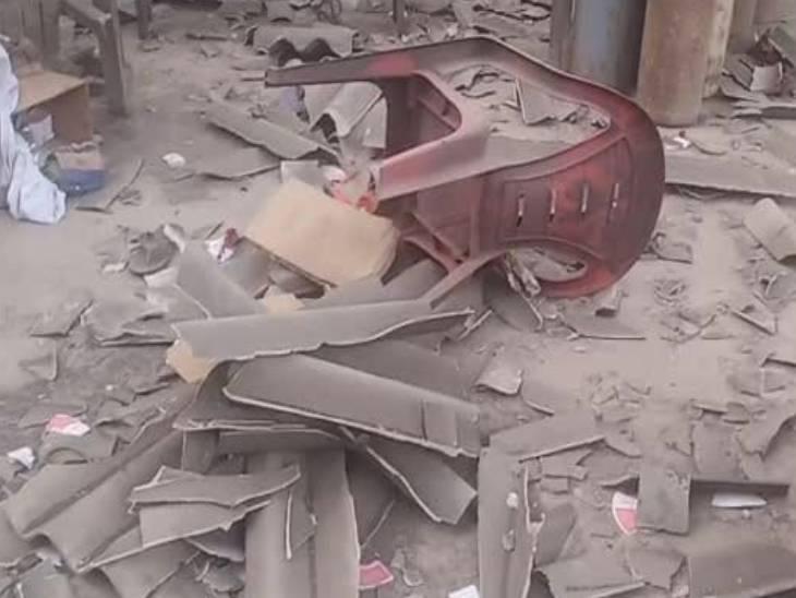 विस्फोट के बाद प्लांट में बिखरा सामान।