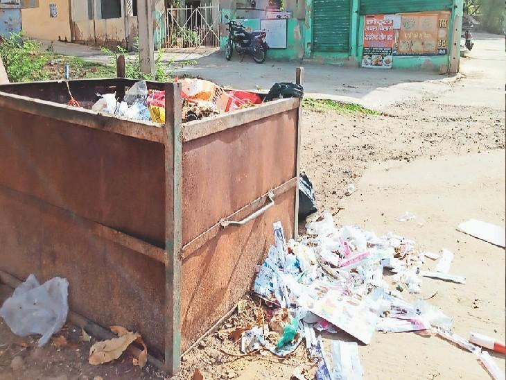 खेतड़ी, विवेकानंद मार्ग पर कचरा पात्र के बाहर पड़ा बायोमेडिकल वेस्ट। - Dainik Bhaskar