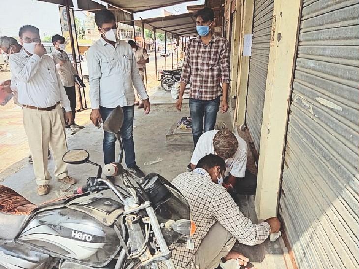 धोरीमन्ना, दुकान सीज करने की कार्रवाई करते हुए अधिकारी। - Dainik Bhaskar