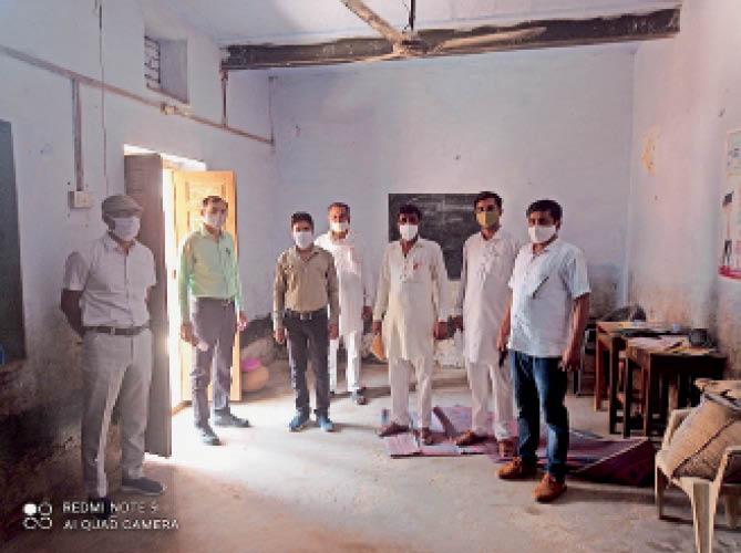 सरकारी कॉलेज के लिए चाचान राजकीय बालिका उप्रावि का निरीक्षण करती टीम। - Dainik Bhaskar