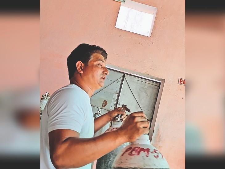 कैमरे में कैद जवाब : करणी इंडस्ट्रियल एरिया स्थित गैस रिफिलिंग सेंटर का संचालक बोला-500 ही लगेंगे। - Dainik Bhaskar