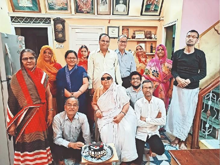 सभी स्वस्थ हुए ताे घर में केक काटकर मनाया था जश्न। - Dainik Bhaskar