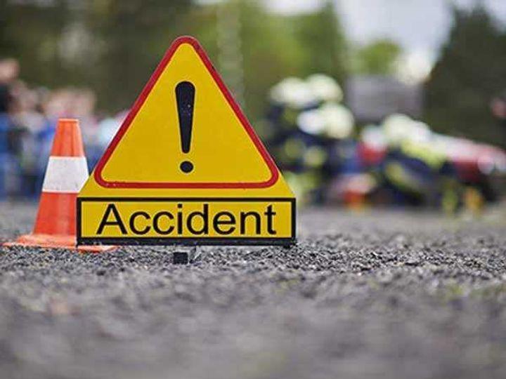 कार गड्ढे में गिरने के कारण अनियंत्रित होकर पलट गई। - Dainik Bhaskar