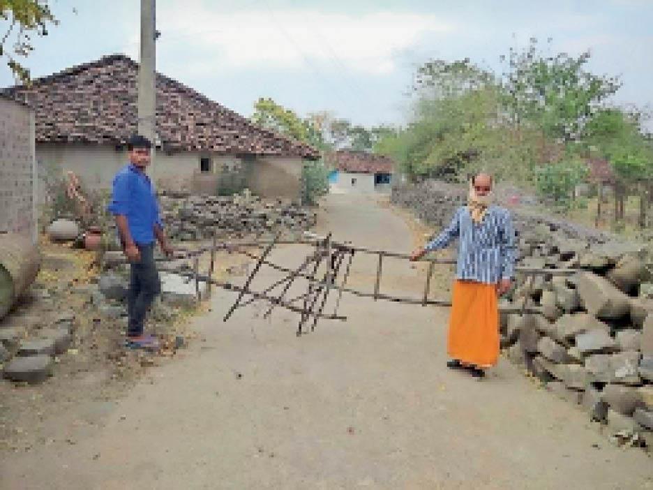 इस तरह गांव के अंदर जाने वाले मार्ग पर ग्रामीणों ने लकड़ियों का गेट लगा रखा है। - Dainik Bhaskar