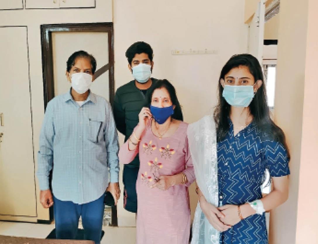 होशंगाबाद रोड निवासी आरएन साहू, पत्नी, बड़े बेटे और बहू के साथ। - Dainik Bhaskar