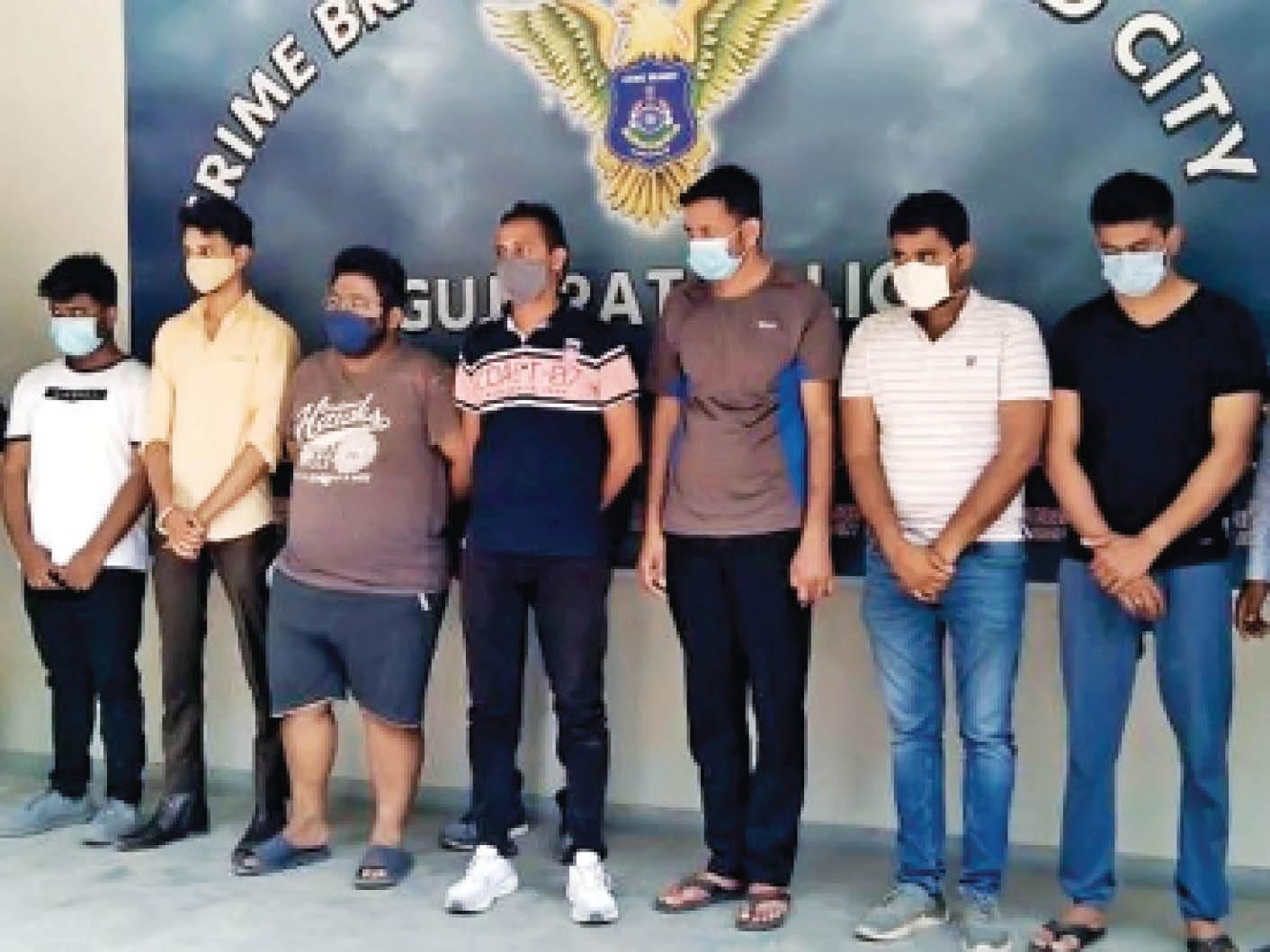 क्राइम ब्रांच की ओर से गिरफ्तार आरोपी अब तक अहमदाबाद, राजकोट, सूरत, वडोदरा, जामनगर, वापी जैसे शहरों में 4 हजार से लेकर 10 हजार रुपए तक में इंजेक्शन बेच चुके हैं। - Dainik Bhaskar