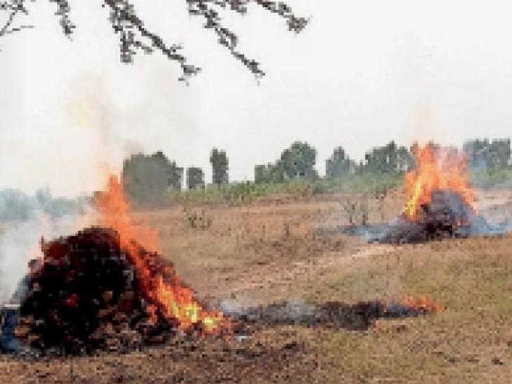 मुलाना के साबांपुर श्मशानघाट में एक साथ जलतीं पिता-पुत्र का चिताएं।