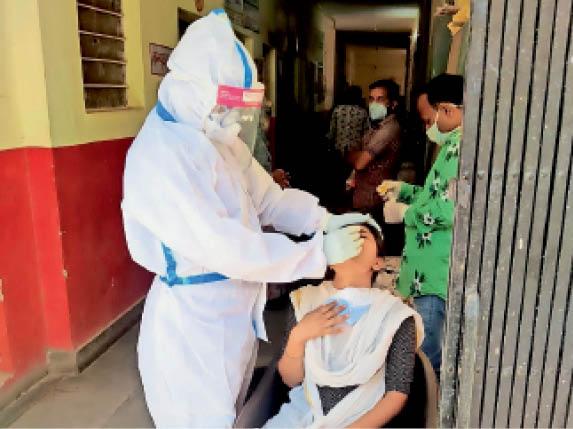 बारां. जिले में कोरोना संक्रमण लगातार बढ़ रहा है। अस्पताल में सैंपल लेते चिकित्साकर्मी। - Dainik Bhaskar