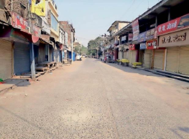 शहर के बाजार जाने वाली सड़क पर पसरा सन्नाटा। - Dainik Bhaskar