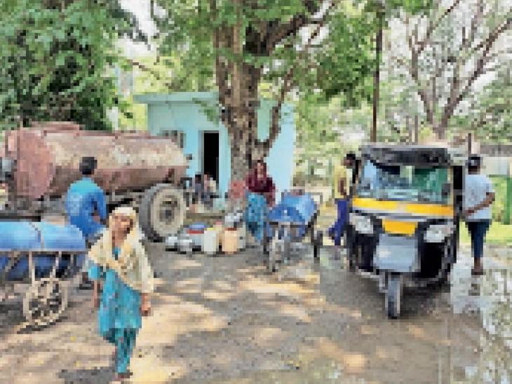 झीलोद्यान कुएं से पानी लाने के लिए इस तरह लोग पहुंचे। यहां से निगम ने टैंकर भरकर भी विभिन्न क्षेत्रों में बांटा। - Dainik Bhaskar