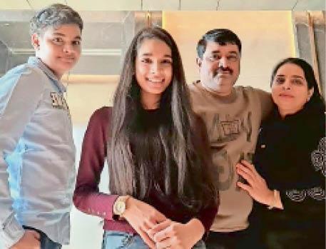 ज्याेति गांधी, पति संजय गांधी व बच्चाें के साथ। - Dainik Bhaskar