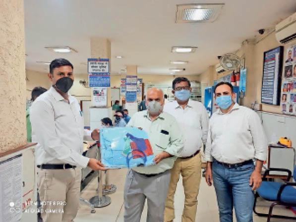 पानीपत. पीपीई किट भेंट करते सेंट्रल बैंक के अधिकारी। - Dainik Bhaskar