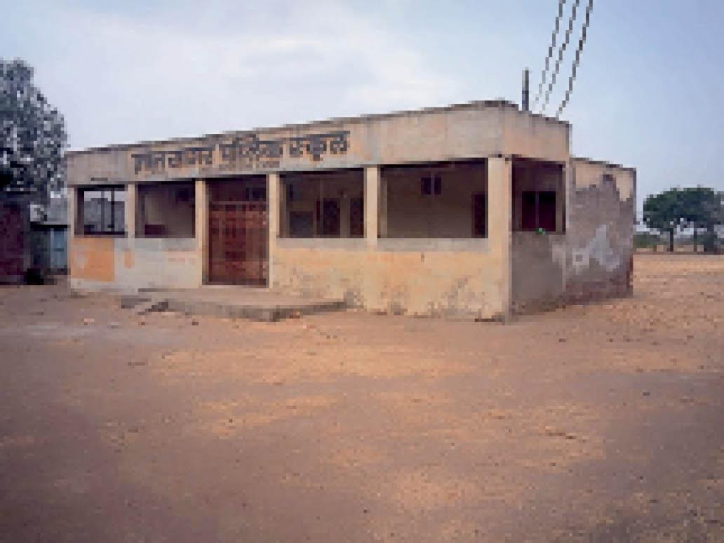 तितरी स्थित ज्ञान सागर स्कूल जो एक साल से बंद है। यहां काम करने वाले शिक्षक भी बेरोजगार हो गए हैं। - Dainik Bhaskar
