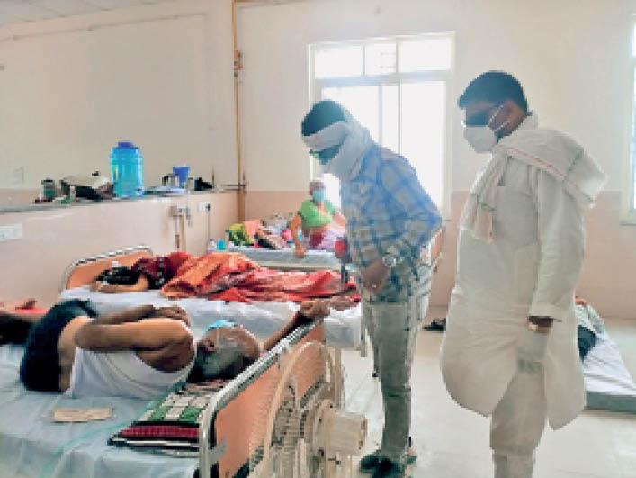 काेविड वार्ड में भर्ती मरीज हरीशचंद्र गर्ग की हालत का जायजा लेते कांग्रेस जिला अध्यक्ष विष्णु अग्रवाल। - Dainik Bhaskar